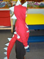 Awesome easy dinosaur costume from a hoodie and felt!!!