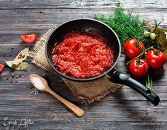 Красные соусы: готовим дома. С тех пор как французы изобрели соусы, их стали разделять на красные и белые, причем к цвету это не имело никакого отношения. Белые соусы готовятся на прозрачном овощном или курином бульоне с добавлением слегка поджаренной на масле муки, а красный соус делают на мясном бульоне, насыщенном и крепком, при этом мука поджаривается до красно-коричневого цвета. В современной кулинарии «ассортимент» красных соусов пополнился подливами из красных овощей, ягод и фруктов…