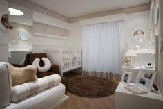 Ao dispor os móveis próximos às paredes, a arquiteta Teresa Simões liberou o espaço central para a circulação no quarto de bebê de 14 m²