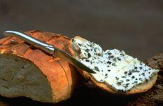 Ahh... queso azul sobre pan fresco... los pequeños placeres de la vida. Hágalo en estilo con nuestros productos en http://laguiole.es/ ideal para estas situaciones #placer #estilo #Laguiole #Laguiole_es #Laguioleespaña #queso #azul #cuchillos