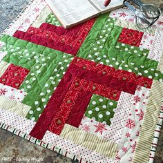 Ideal sewing table drop leaf that will impress you Christmas Quilting Projects, Christmas Tree Quilt, Christmas Quilt Patterns, Christmas Sewing, Christmas Crafts, Christmas Patchwork, Quilted Table Runners Christmas, Christmas Placemats, Christmas Runner