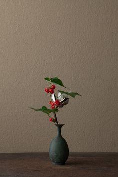 2012年1月13日(金)      冬苺だけでは物足りず、綿を雪に見立てました。  花=冬苺(フユイチゴ)、綿(ワタ)  器=青銅王子形水瓶(六朝時代)