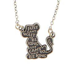 """Colar com um tom de ouro polido da silhueta do Simba escrito: """"Just Can't Wait To Be King."""""""
