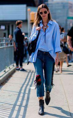 calça jeans franjas e camisa azul