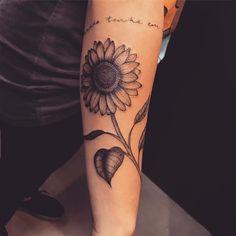 Tatuagem criada por Lucas Milk de Florianópolis.    Margarida em preto e cinza no braço. Dope Tattoos, Dream Tattoos, Future Tattoos, Unique Tattoos, Beautiful Tattoos, Tatoos, Thigh Tattoos, Wrist Tattoos, Tattoos For Women