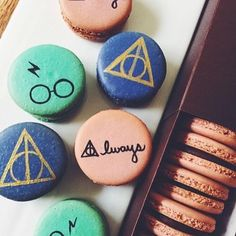 What's your costume? Here is a Harry Potter themed macarons ready to hit the road. ⚡️