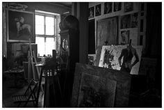 Nad wejściem napis: Czibateli, miejsce pięknych pomysłów. To od Chibati, wioski, w której się urodził. Już od wejścia pomieszczenie zachwyca. Ściany pokryte są obrazami, na środku półka z farbami, niedokończone obrazy, w jednym miejscu kanapa, w innym sztaluga i stary zegar. Choć rzeczy jest dużo, panuje względna harmonia. Miejsce posiada swoją magię.
