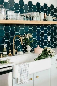 repeindre sa cuisine, mosaïque au dessus du lavabo en vert et bleu, grand lavabo blanc rétro, évier rétro en couleur bronze, étagère au dessus du lavabo en couleur claire