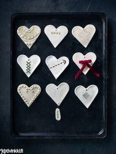 These heart decorations are made of DIY dough (not edible). Fun to make with children. Christmas Themes, Christmas Diy, Christmas Decorations, Xmas, Christmas Ornaments, Heart Decorations, Ceramics, How To Make, Fun