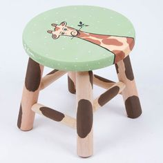 Banquetinha Girafa petit Diy Wooden Projects, Wooden Diy, Wood Crafts, Whimsical Painted Furniture, Painted Stools, Toddler Table And Chairs, Kids Room Furniture, Craft Stalls, Kids Wood