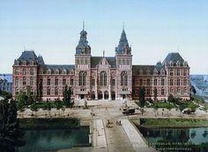 Amsterdam 1898 (en toch al in kleur): Het Rijksmuseum | Deze foto is gemaakt door middel van de zogeheten Photochrom techniek. Dit is een druktechniek waarbij een kleurenafdruk wordt gemaakt van het negatief van een zwart-wit foto. Het geeft meteen een heel ander beeld van de stad die wij nu als moderne stad kennen.