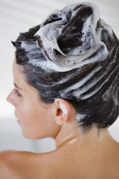 Hair Masks for Dry and Damaged Hair  Among others: Recipe #2: This olive oil hair mask will help to moisturize and nourish your dry, damaged hair. The ingredients required for this recipe are, vinegar (1 tablespoon), one egg and olive oil (2 tablespoons). Leave the hair mask for 15-20 minutes and wash your hair properly.