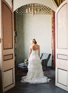 Verspieltes Vintage Brautkleid, schulterfrei mit Schleppe und Volants | hochzeitsplaza.de | Foto: Judy Pak Photography