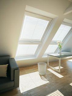Mit Hilfe von Klapp-Schwing-Fenstern mit Zusatzelementen haben unsere Designer es geschafft, den ehemals dunklen Dachboden in ein extravagantes Büro zu verwandeln. Mit genug Ablagefläche fühlt sich jeder hier wie in einem Luxusbüro in Manhattan. Dank der 5-STAR Verglasung, die für zusätzlichen Schallschutz und Hitzeschutz sorgt, kann er seiner Arbeit nun entspannt und abgeschottet von der Außenwelt nachgehen.