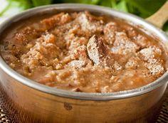 Cassoulet veg: 500g de feijão branco;400g de proteína de soja;4 unidades de cenouras;2 unidades de cebola (1 com uma folha de louro e 2 cravos da índia);6 dentes de alho;5 tomates;150ml de vinho branco seco;1 talo de salsão;1 talo de alho poró;300ml de caldo de legumes no caldo da soja;Bouquet garni:1 pedaço de barbante;1 bastonete de cenoura;1 bastonete de alho poró;1 ramo de tomilho;1 folha de louro fresca;1 talo de salsinha;5 grãos de pimenta do reino esmagados;200g de farinha de rosca