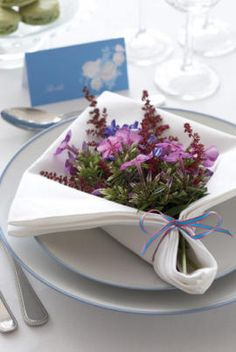 Flowers in napkin. So pretty for a garden party. Deco Originale, Beautiful Table Settings, Deco Floral, Floral Design, Table Flowers, Deco Table, Decoration Table, Tablescapes, Floral Arrangements
