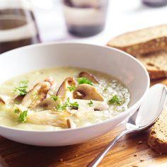 Aardappelcreme met paddestoelen. Pureer de soep, voeg peper en zout toe, schep de crème fraîche erdoor en verwarm zonder te koken. Bak de paddenstoelen in 1 eetlepel olijfolie. Verdeel ze over 4 borden, giet de soep er omheen en bestrooi met peterselie.