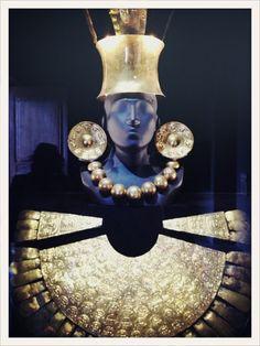 Parure en or jaune exposée au Museo Larco de Lima.