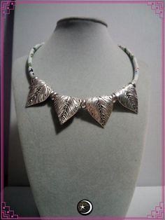 Collar de hojas  y entrepiezas de zinc en color plateado con cordón grueso tela en blanco estilo oriental  ( 42 cm aprox  de largo)