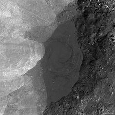 Lac de lave avec motif spiralé dans le cratère lunaire Giordano Bruno. Crédit : NASA/GSFC/ASU