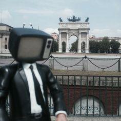 Panoramiko hablando de paz bajo el Arco.