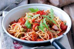 Rýžový salát s tuňákem | Apetitonline.cz Spaghetti, Sauce Tomate, Japchae, Ethnic Recipes, Food, Eruca Sativa, Cherry Tomatoes, Slow Cooker, Cooking Recipes