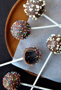 No-Bake Chocolate Cookie Pops Recipe Chocolate Treats, Chocolate Peanut Butter, Chocolate Recipes, Chocolate Chips, Chocolate Cake Pops, Hot Chocolate, Oreo Cake Pops, No Bake Cake Pops, Just Desserts