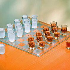 とったら飲む?とられたら飲む?ショットグラスで楽しむチェス盤