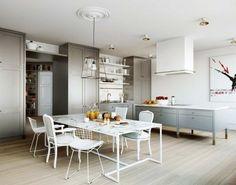Chaises dépareillées - le blanc pour harmoniser les différents modèles de chaises