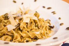 Schon viel zu lange gab es hier kein Pasta-Rezept mehr! Ehrlich gesagt koche ich mindestens jeden zweiten Tag was mit Nudeln, aber oft ist mir das Ergebnis zu schlicht (oder zu hässlich) um es zu verbloggen. Schade eigentlich, denn gerade die einfachen Sachen sind meist die leckersten! Wie gut, dass Dani von Fabulousfood gerade ein … Mehr →