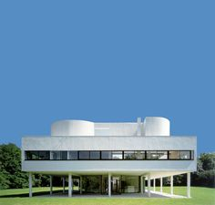 La Villa Savoye by Le Corbusier in Poissy, France was designed to be a machine for living, but lacks integration into its context. Le Corbusier, Art Et Architecture, Amazing Architecture, Bauhaus, Poissy France, Villa Savoye, Famous Architects, Modern Architects, Techno