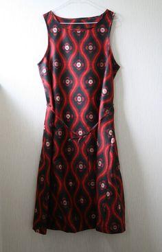 大正から昭和にかけて作られたと思われる銘仙の着物を丁寧にほどき、洗い、シンプルなノースリーブワンピースを作りました。生地のベースは落ち着いた黒色で、赤色で大胆...|ハンドメイド、手作り、手仕事品の通販・販売・購入ならCreema。
