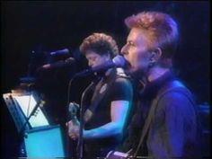 Reed and Bowie - Waiting for the Man  Estos dos señores esperan al hombre que los proveera de la sustancia deseada para expandir las puertas de la percepcion.