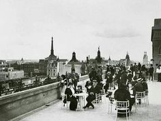 Tomando el té en la terraza de Gath & Chaves en los años '20. La foto fue tomada mirando hacia el sur. Se ve a la derecha el edificio Otto Wulf, de Belgrano y Perú.Y a la izquierda la cúpula del palacio municipal. Del Arcón de Buenos Aires.