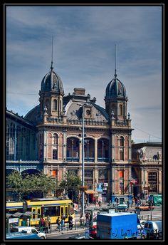 """Budapest Nyugati pu, Westbahnhof, erbaut wurde das Bahnhofsgebäude 1874–1877 von der Firma """"Eiffel & Cie"""" unter der Aufsicht von Gustave Eiffel"""