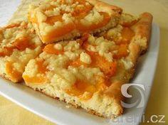 Snadný recept na meruňkový koláč s drobenkou, který připravujeme z majonézového kynutého těsta.