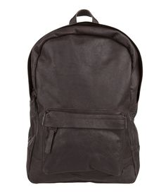 Een stoere rugzak van Cowboysbag. De Bag Lander is uitgevoerd in hoogwaardig leer met een vintage uistraling. De rugtas heeft een hoofdvak met rits en een voorvakje met rits. Aan de binnenzijde van de rugtas bevinden zich een gewatteerd laptopvak voor een laptop ter grootte van 15 inch en een ritsvakje. Ook biedt de tas meer dan genoeg ruimte voor een A4-multomap. Het draagcomfort van de rugzak wordt vergroot door de gewatteerde schouderbanden welke op elke gewenste stand te verstellen zijn.