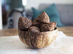 Baka utan socker: Recept på Sockerfria kokostoppar med kakao och kakaonibs. Kokos är naturligt sött och dessa kokostoppar blir jättegoda utan socker. Healthy Cookie Recipes, Healthy Cookies, Best Dessert Recipes, Healthy Baking, Raw Food Recipes, Fun Desserts, Healthy Snacks, Snack Recipes, Cooking Recipes
