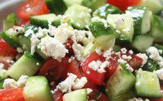Koolhydraat arm ontbijt. Griekse salade met komkommer, sla, feta en tomaat. Te gebruiken bij koolhydraat arm dieet.