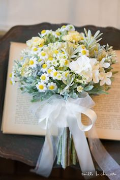 70 best white and yellow bouquet for our beautiful bride 72 Yellow Flower Arrangements, Yellow Bouquets, Beautiful Flower Arrangements, Floral Bouquets, Beautiful Flowers, Beautiful Bride, Summer Wedding Bouquets, Daisy Wedding, Flower Bouquet Wedding