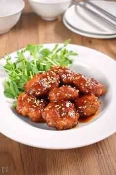 豚の唐揚げって硬くなりそう(;´Д`)…ご心配なく!薄い豚こま肉をギュギュっと合わせてるから、誰が作っても柔らかく仕上がりますよ!    韓国の甘辛味噌コチュジャンを使った甘辛なあんかけダレで、ご飯もお酒もめちゃ進んじゃいますよー! Bread Rolls, Rolls Recipe, Junk Food, Chicken Wings, Naver, Meat, Ethnic Recipes, Foods