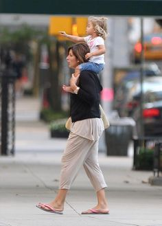 Mommy Mirka with one of the twins in NYC Roger Fedrer, Roger Federer Family, Mirka Federer, Human Figures, Myla, My Buddy, Tennis Players, Wimbledon, Daughters