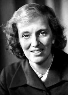 Dorothy Mary Crowfoot Hodgkin fue una química y profesora universitaria inglesa galardonada con el Premio Nobel de Química del año 1964. Famosa por la utilización de la difacción de los rayos X en el estudio de la estructura de las macromoléculas, y estudió en la Universidad de Oxford. En 1960 fue designada profesora de investigación. En 1964 recibió el Premio Nobel de química por determinar la estructura de los compuestos bioquímicos esenciales para combatir la anemia perniciosa.