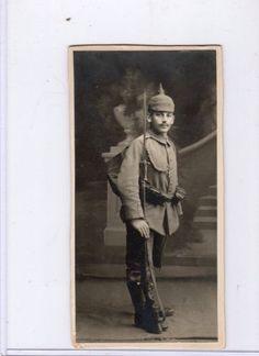 WORLD-WAR-ONE-POSTCARD-GERMAN-SOLDIER