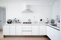 미니멀 라이프를 잘 보여주는 공간 여백의 미를 살린 화이트 인테리어 Decor, Interior, Kitchen Cabinets, Cabinet, Home Decor, Kitchen