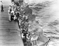 [Photo] USS Enterprise gunnery crews practice with their anti-aircraft guns off Hawaii, May Ww2 History, Military History, Naval History, Modern History, Uss Enterprise Cv 6, D Day Landings, Man Of War, History Online, Military Pictures