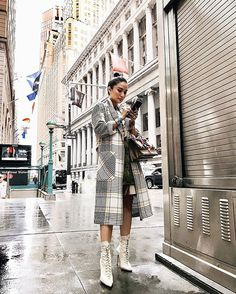 After attending the Couture Week of Paris Fashion Week prior to her Harper's Bazaar US feature as a real-life crazy rich Asian, Heart Evangelista-Escudero flies to the Big Apple this time around for NYFW. Workwear Fashion, Fashion Outfits, Fashion Blogs, Fashion Styles, Fashion Trends, New York Fashion, Star Fashion, Fall Fashion, Heart Evangelista Style