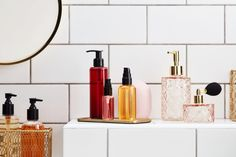 An orderly cosmetics cabinet is nothing short of a fantasy for most skin care obsessives. We spoke to two minimalist experts on how to arrange your items. Daily Beauty Routine, Beauty Routines, Skincare Routine, Skin Routine, Hydrating Toner, Minimalist Beauty, Luxury Beauty, Makeup Yourself, Soap