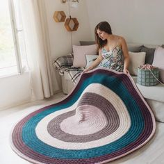 Learn how to make this giant rug XL Woven in Crochet with Trapillo ★★★ â … - Easy Purse Diy Round Rug Nursery, Nursery Rugs, Nursery Decor, Crochet Carpet, Crochet Home, Crochet Round, Bear Rug, Baby Room Neutral, Doily Rug