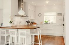 good use of mixed worktops - wood for cooking & eating area - metal for wet sink area. Kitchen Cabinets Decor, Diy Kitchen, Kitchen Dining, Kitchen White, Kitchen Layout, Kitchen Benchtops, Home Decor Sites, White Cupboards, Kitchen Island With Seating